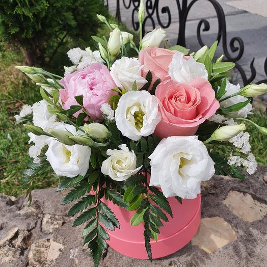 Шляпная коробочка с пионами и розой