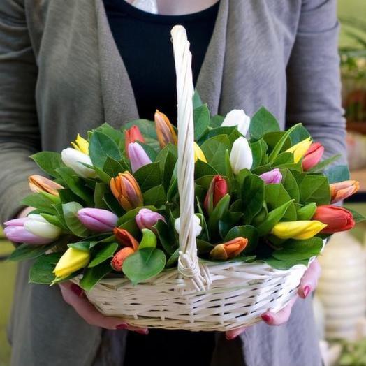 Тюльпаны в корзине