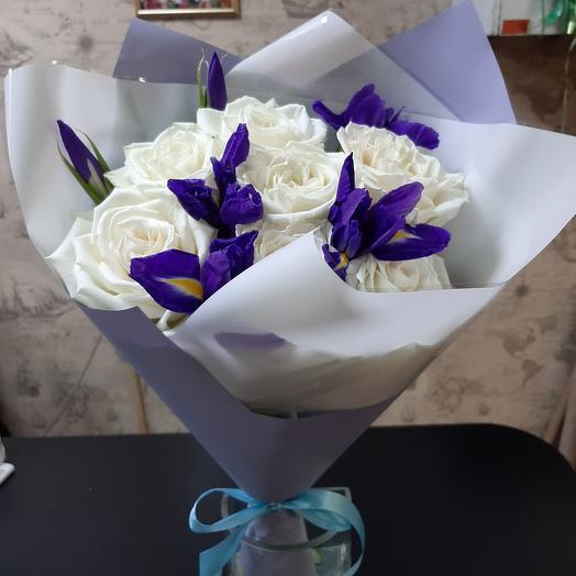 Белые розы с ирисами