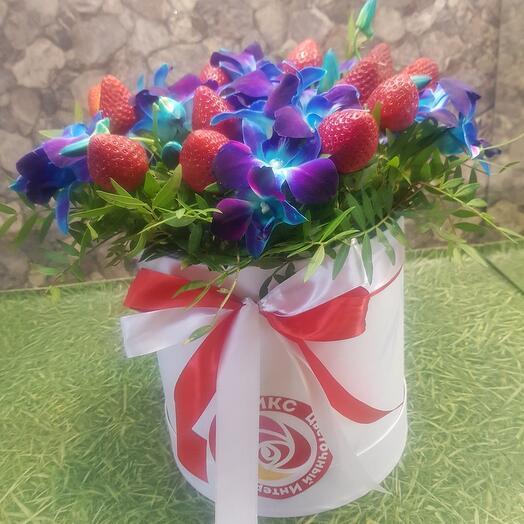 Орхидея синияя с клубникой в коробке