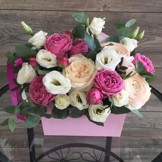 Небольшая коробочка с пионовидными розами