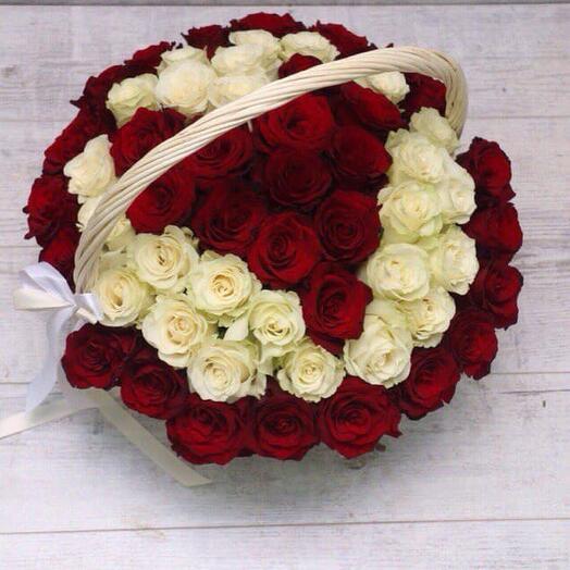 65 роз в форме сердца в корзине