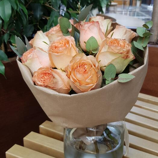 Пионовидные розы кантри хоум с эвкалиптом
