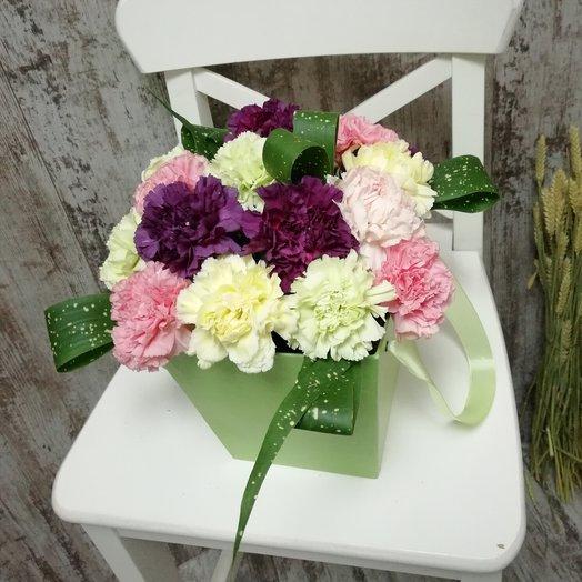 Шляпная коробка с миксом из гвоздик: букеты цветов на заказ Flowwow