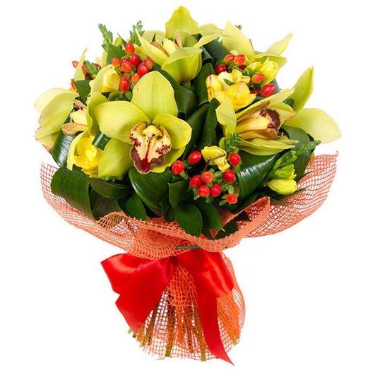 Букет с зеленой орхидеей и гиперикумом