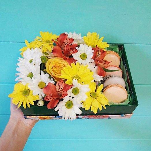 Коробка с цветочной композицией и макарунами: букеты цветов на заказ Flowwow