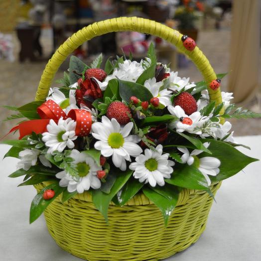 Корзина «На полянке»: букеты цветов на заказ Flowwow
