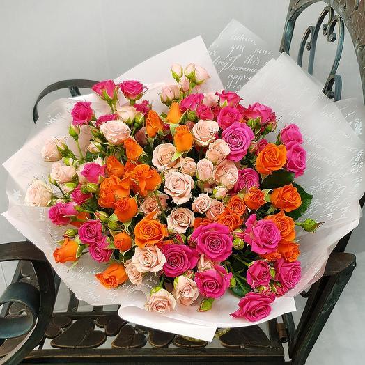 Яркий букет из кустовой розы в дизайнерской упаковке: букеты цветов на заказ Flowwow