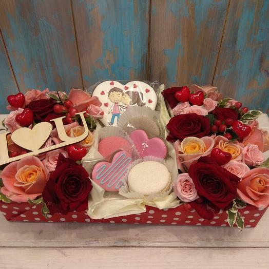 Большая коробка с имбирными пряниками и макаруни: букеты цветов на заказ Flowwow