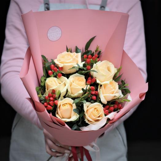 Букет-комплимент: Персиковые розы в ягодах: букеты цветов на заказ Flowwow