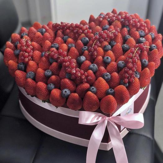 Коробка в форме сердца из клубники: букеты цветов на заказ Flowwow