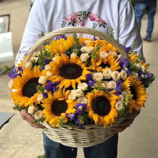 Корзины с цветами . Подсолнухи с кустовыми розами. N541