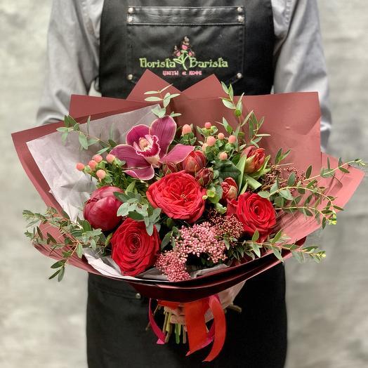 Яркий букет «RED Шарм» с пионом,пионовидной розой и орхидеей: букеты цветов на заказ Flowwow