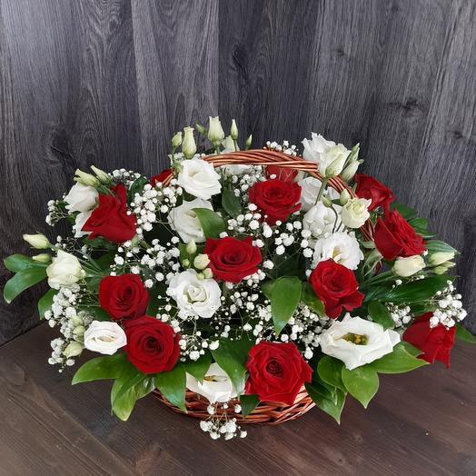 Сборная корзина из  красных роз и эустомы
