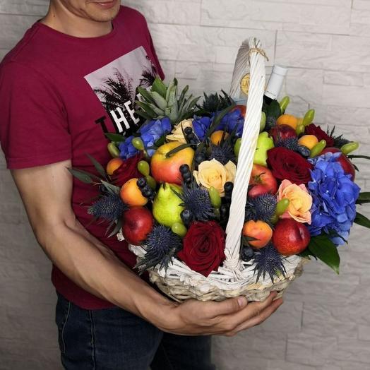 Корзина с фруктами, ягодами и цветами