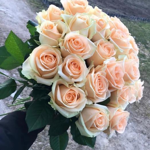 Букет из 25 персиковых подмосковных роз, 60 см