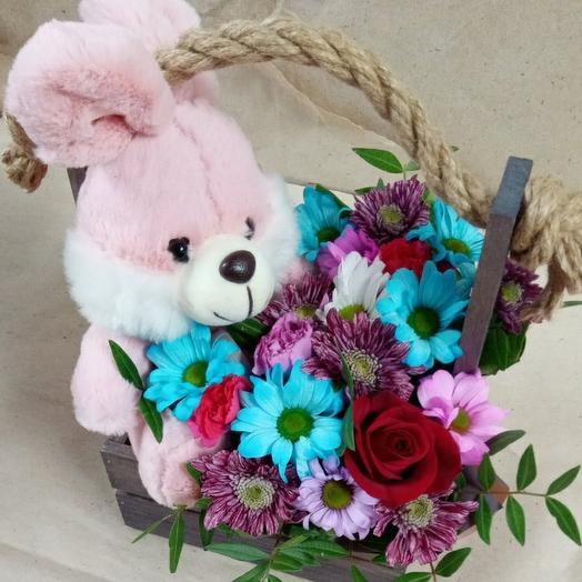 """Ящик """"Зайчик"""" из красных роз и синих хризантем"""