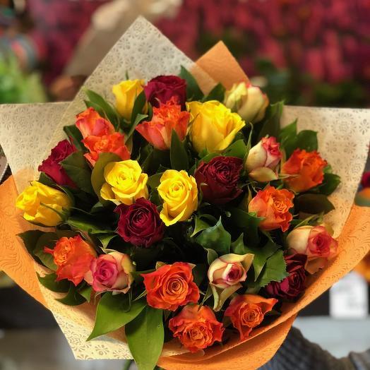 25 роз Кении с зеленью