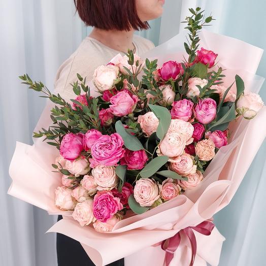 Кустовые розы бомбастик с эвкалиптом