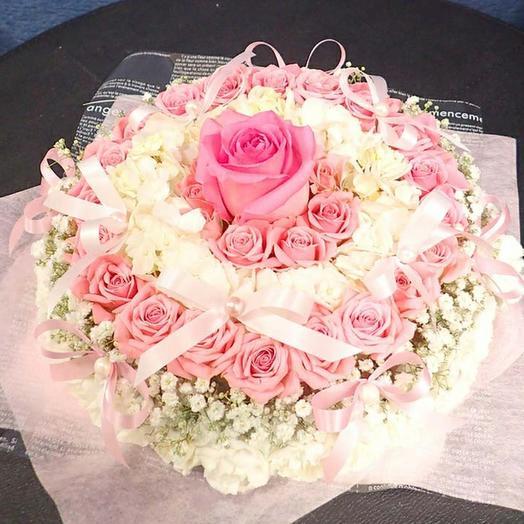 Нежные розы в виде торта