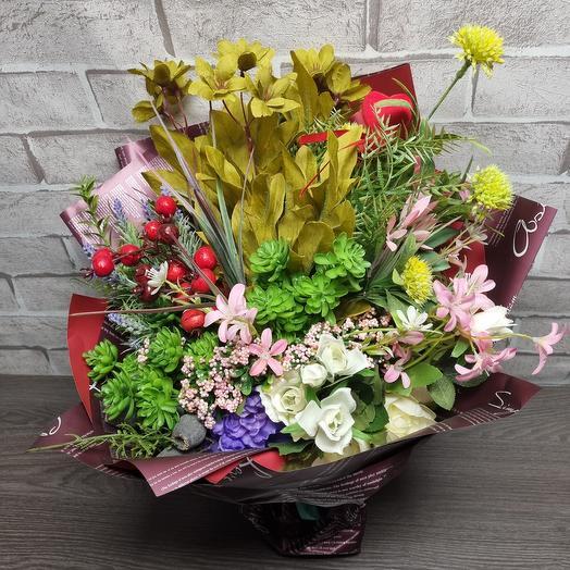Букет из искусственных цветов и ягод