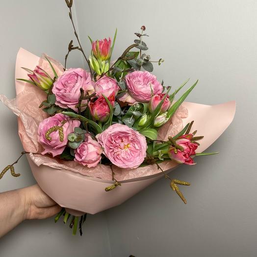 Букет с садовыми ароматными роза и пионовидными тюльпанами
