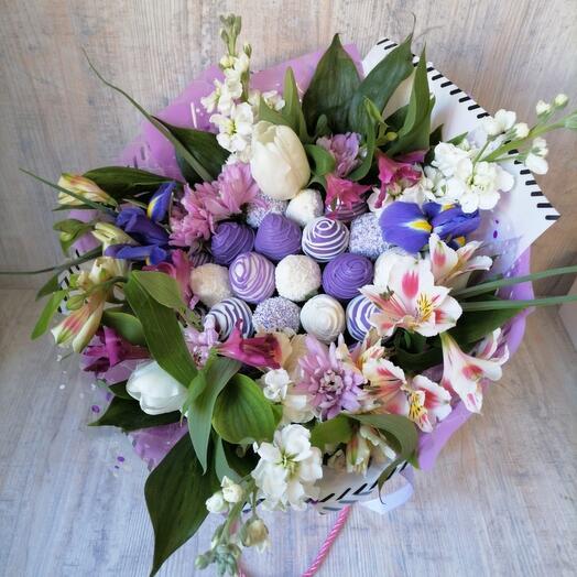 Сиреневая клубника с цветами