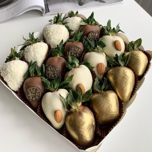 Клубника в белом и молочном бельгийском шоколаде с кокосовой стружкой, миндалем и Oreo