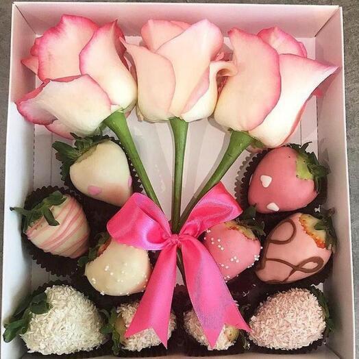Коробка с клубникой и цветами  «Сладкие грёзы»