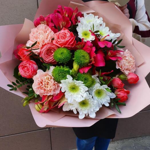 Букет из хризантемы, роз и альстромерии