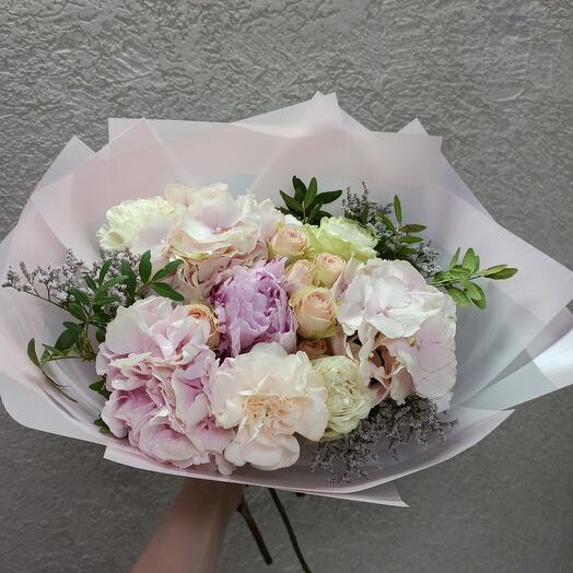 Красивый букет с пионом, гортензией и пионовидными розами