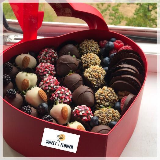 Клубника в шоколаде в коробка -сердце