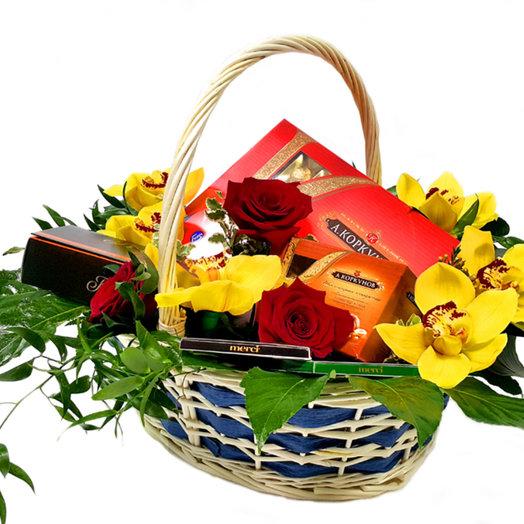 Подарочная корзина Сладкое лето: букеты цветов на заказ Flowwow