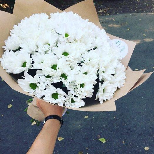 Букет из 15 белых хризантем в крафте: букеты цветов на заказ Flowwow