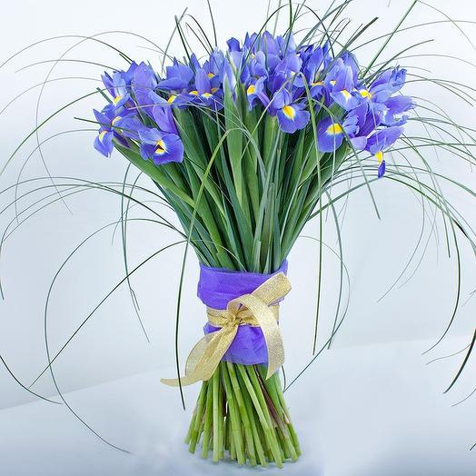 29 ирисов в зелени: букеты цветов на заказ Flowwow