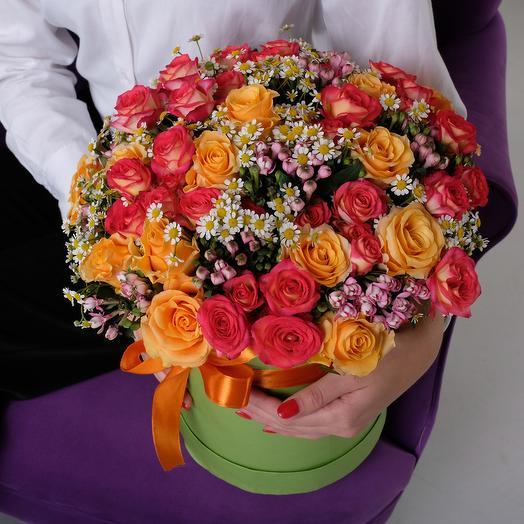 Яркая коробка роз с ромашками и бавардией: букеты цветов на заказ Flowwow