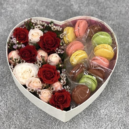 Подарочная коробка с цветами и макарунами