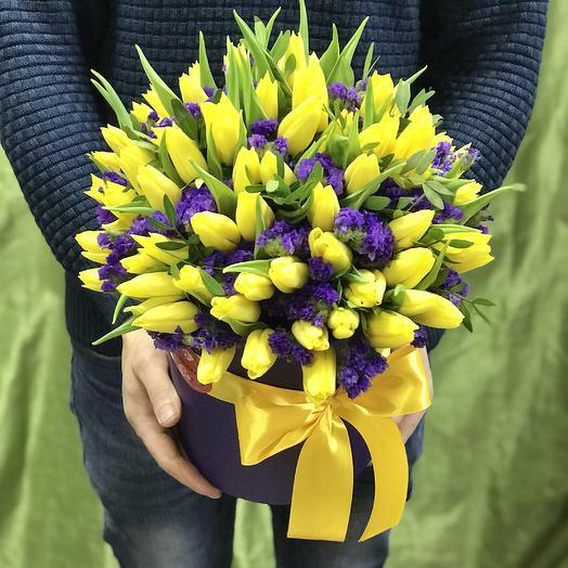 Коробочка тюльпанов и статицы: букеты цветов на заказ Flowwow