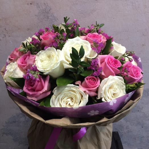 Букет с розами и статицей