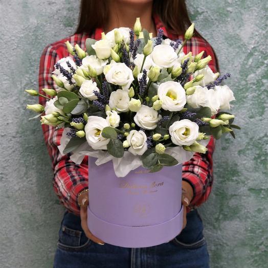 Белая Эустома и лаванда: букеты цветов на заказ Flowwow