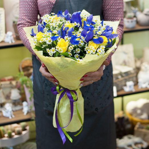 Букет из желтых роз, синих ирисов и ромашек