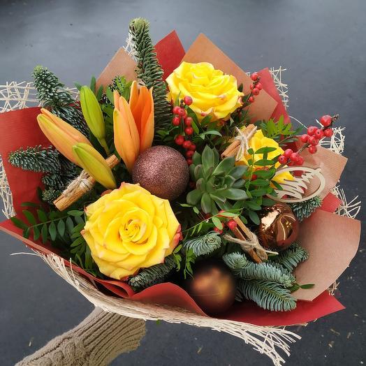 Зимний букет с эхеверией и илексом: букеты цветов на заказ Flowwow
