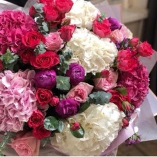 Розы и гортензии: букеты цветов на заказ Flowwow