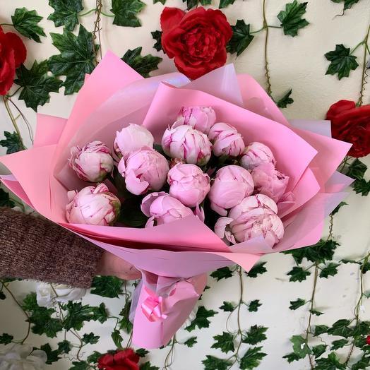 Пионы 13 штук в дизайнерской упаковке: букеты цветов на заказ Flowwow