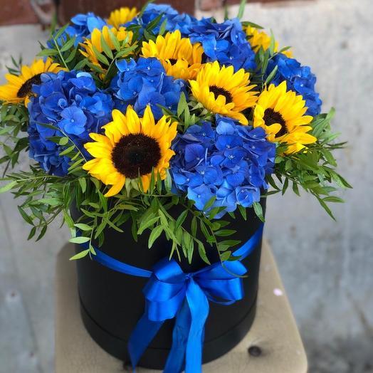 Подсолнухи и гортензия в коробке: букеты цветов на заказ Flowwow