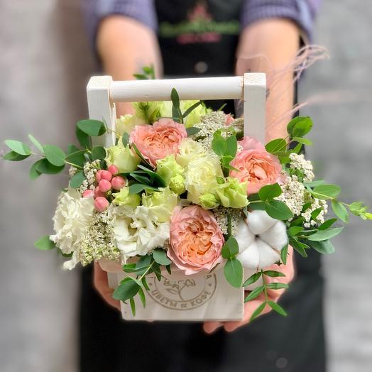 Ящичек ручной работы с пионовидной розой Джульетта и хлопком