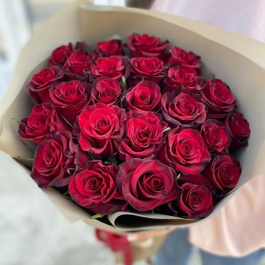 Букет из красных роз в оформлении