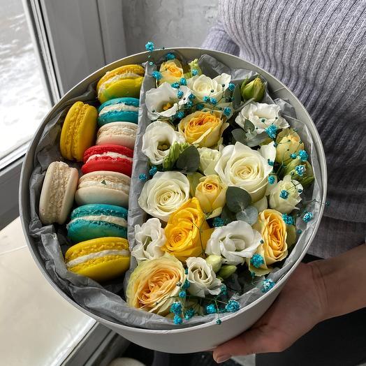 Цветы и пирожные в коробке