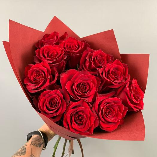 Букет из 11 красных роз в упаковке