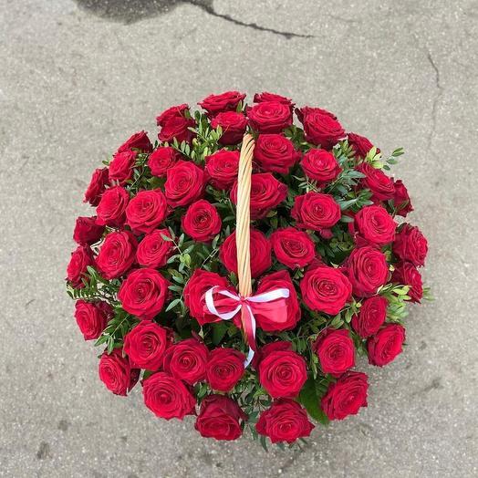 Лукошко красных роз